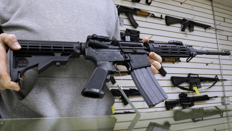 Un modelo de AR-15 puede costar entre 600 y 1,200 dólares y pesar unas 8...