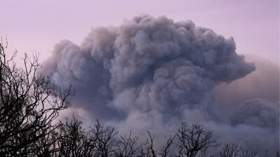 Una monstruosa nube de humo producida por el incendio Thomas cubre gran...