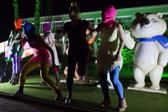 Pussy Riot es un grupo que realiza arte en vivo y graba sus acciones par...