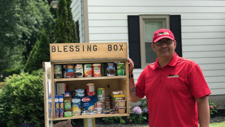 Román Espinoza junto a su 'caja bendecida' frente a su casa en Wa...