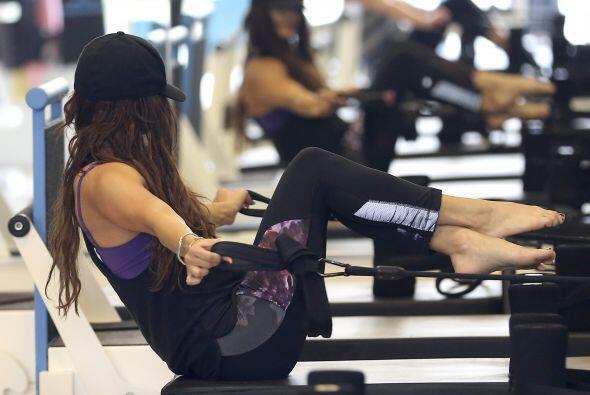 La mayoría de los ejercicios los practica con la ayuda de unas li...