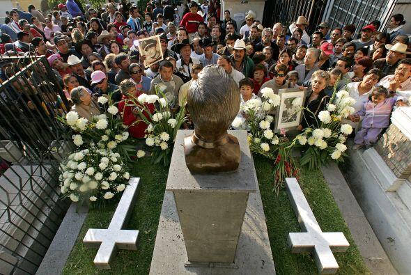Cada aniversario luctuoso, grandes multitudes se reúnen en su tumba para...