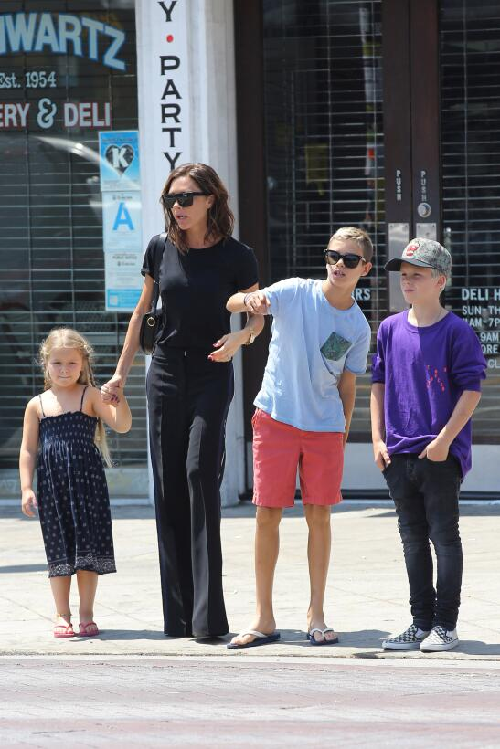 Victoria Beckham y sus hijos Harper, Romeo y Cruz