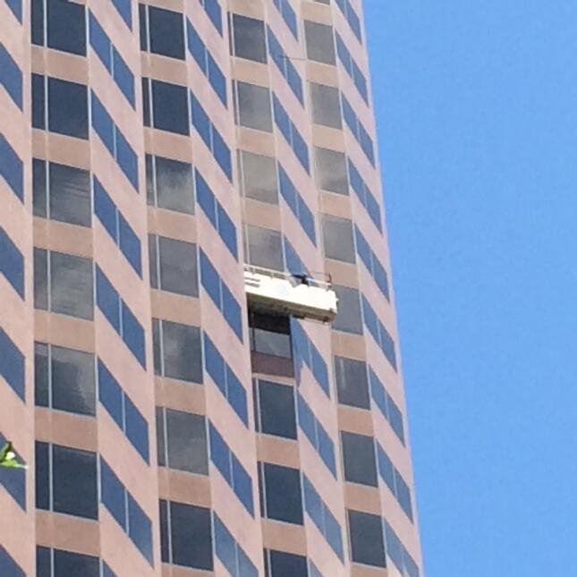 Rescatan a trabajadores atrapados en andamio limpia vidrios IMG_2364.jpg
