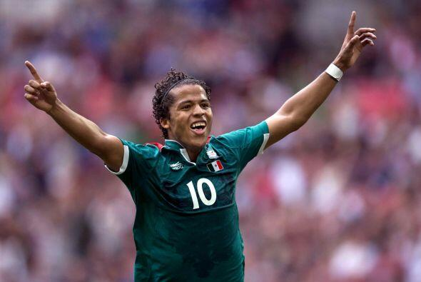 Asimismo, Dos Santos disputó la Copa del Mundo de Brasil, donde tuvo un...