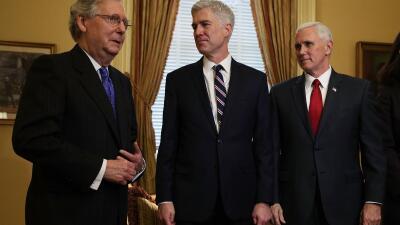 El líder republicano Mitch McConnell (izquierda) se reunió...