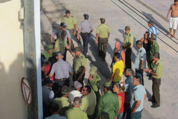 Agentes de la seguridad cubana  arrestan a mujeres que intentaban reunir...
