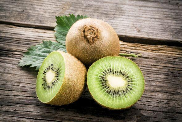 Kiwi. Esta pequeña fruta contiene muchísima vitamina C y a...