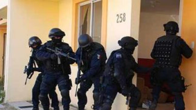 A los policías les fueron halladas armas no autorizadas.