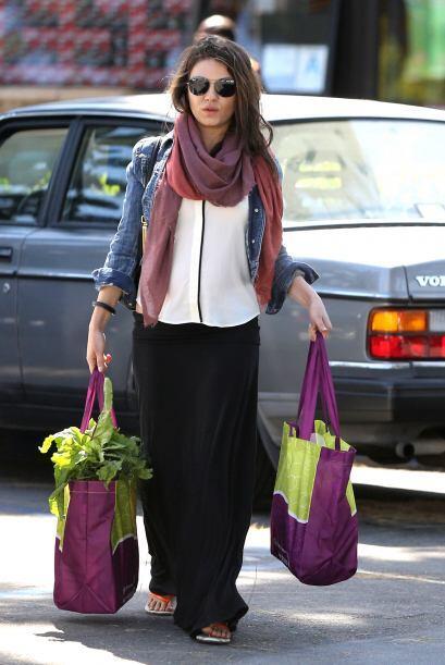 La adorable Mila Kunis en su embarazo incipiente se da tiempo para todo...