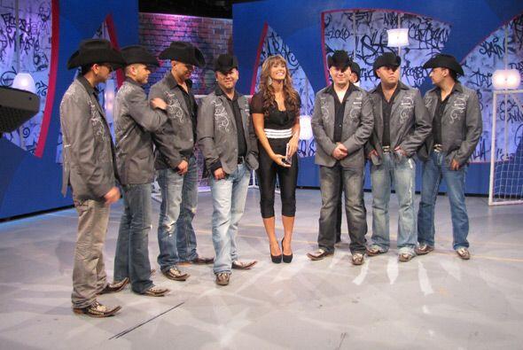 Y ellos fascinados de bailar junto con nuestra querida puertorriqueña.