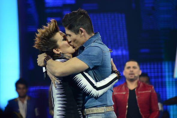 La Guzmán ni tarda ni perezosa fue al escenario y besó al finalista.