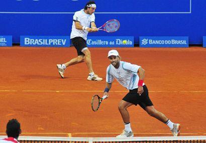 En Dobles, Juan Mónaco (atrás) y Arnold Ker se impusieron en semifinales...