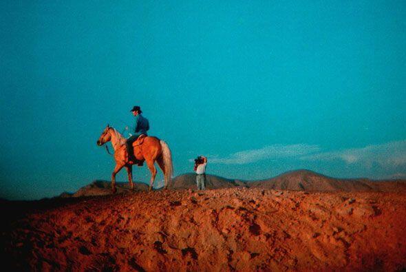 Pablo en su caballo con un paisaje sin igual. Esta foto parece una postal.