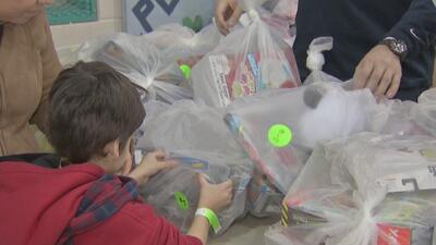 Niños de un vecindario de Chicago reciben juguetes en vísperas de la Navidad