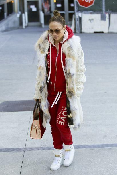 JLo trató de darle un toque más moderno a su 'look' 'sport'. Su abrigo e...
