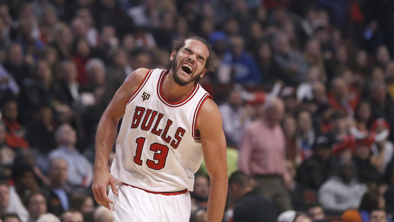 Joakim Noah, pívot de los Bulls de Chicago, se queja tras sufrir una les...