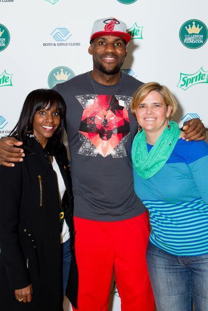 LeBron James aprovechó la oportunidad para reinaugurar un gimnasio del B...