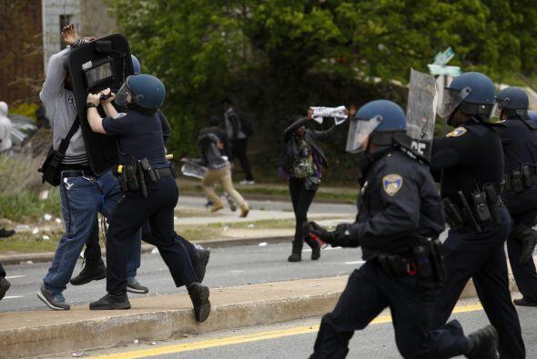 Además las autoridades reportaron 15 policías heridos y 27 personas fuer...
