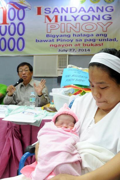 Jennalyn Sentino, es uno de los cien bebés nacidos en hospitales...