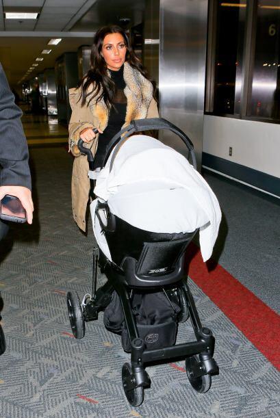 Kim Kardashian y la pequeña North West salieron del aeropuerto de Los Án...