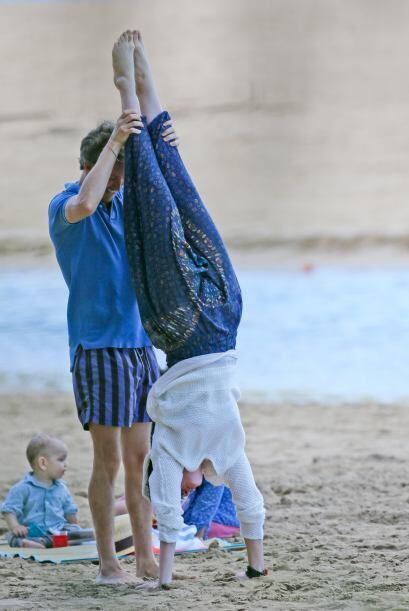 Nada major que hacer yoga al aire libre y Anne Hathaway lo sabe.
