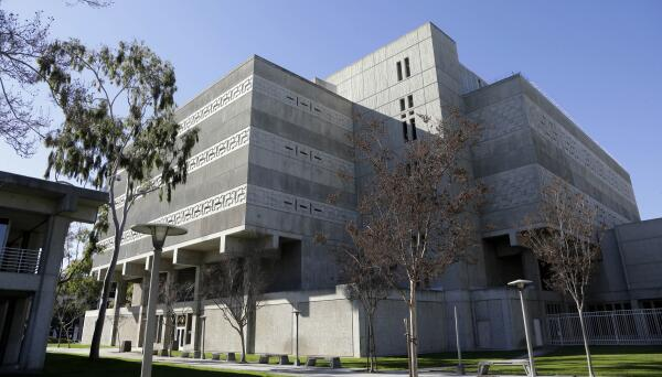 Fachada exterior del Central Jail Complex de Santa Ana, CA.