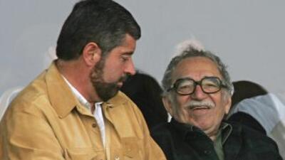 Gabriel García Márquez con Juan Manuel de la Fuente en un partido de fút...