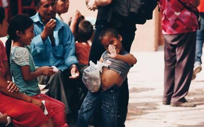 Varios de los hijos de Ignacio Anzures (con camisa azul), mientras comen...