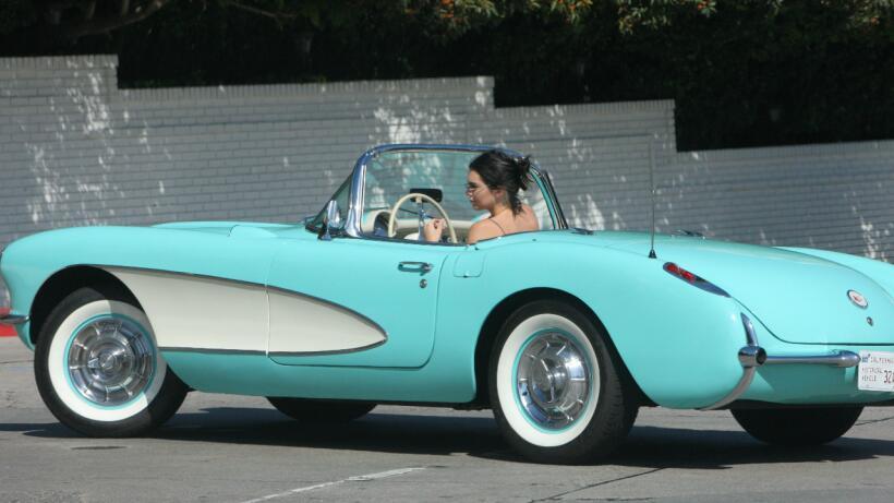 Ella es la famosa que maneja este Corvette 1957 todos los días