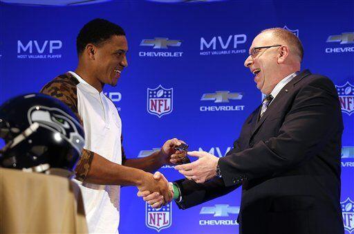 Dan Adamcheck de Chevrolet dio las llaves del regalo a Smith (AP-NFL).