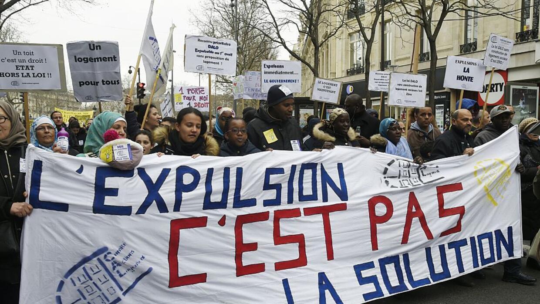 """Manifestantes llevan un lienzo con la frase """"La expulsión no es la..."""