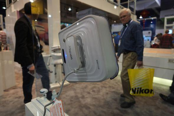 El Windbot de Ecovacs es un robot que limpia vidrios de manera muy efici...