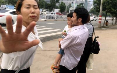 Hua Xiaoqin, a la izquierda, hermana del activista chino Hua Haifeng, tr...