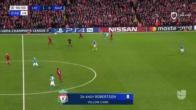 Tarjeta amarilla. El árbitro amonesta a Andrew Robertson de Liverpool