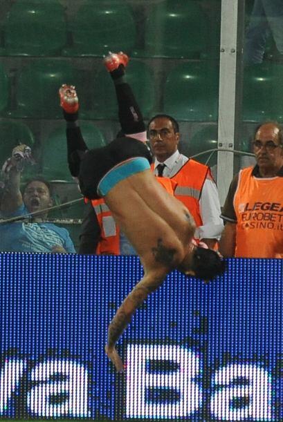 El chileno Mauricio Pinilla quedó literalmente de cabeza tras anotarle u...