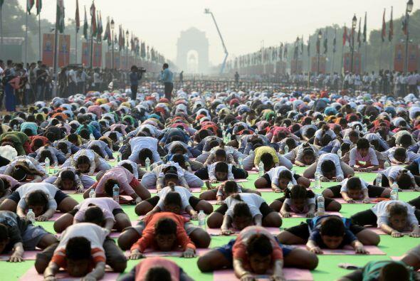 Numerosos hindúes se preparan en las calles de Nueva Delhi.