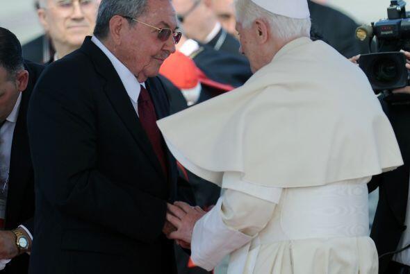 El líder católico mundial, se entrevistó con Raúl Castro, quien lo recib...