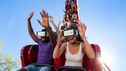 Montaña rusa de realidad virtual debutó en el parque Six F...
