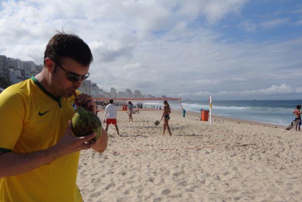 Alberto disfrutando de una deliciosa agua de coco en la playa de Leblón.