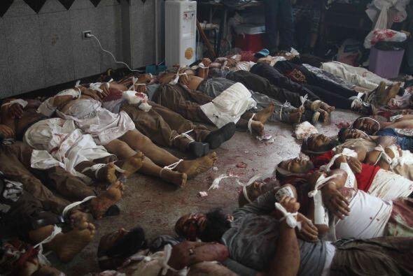 Las agencias han mostrado dramáticas imágenes de cadáveres llevados a im...