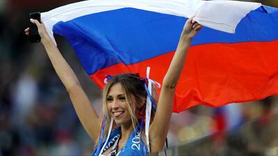 Los fans de Rusia festejan tener pie y medio en octavos de final, tras vencer a Egipto