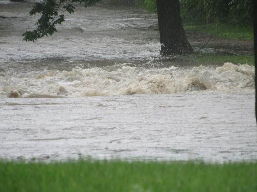 Torrentes de agua en Cleburne arrasaron con todo lo que estaba a su paso...
