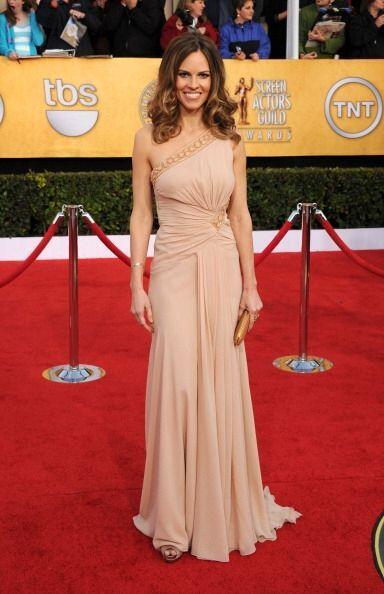 Ese mismo año, el asimétrico y drapeado 'nude' diseñado por Versace que...