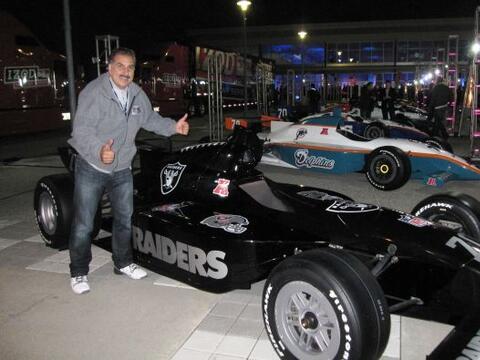 Con el auto de los Raiders, mi equipo del alma.