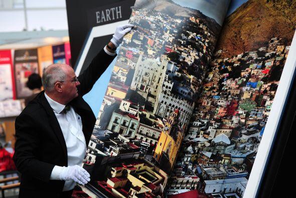 Se trata de un atlas gigantesco, que abierto mide casi tres metros de an...