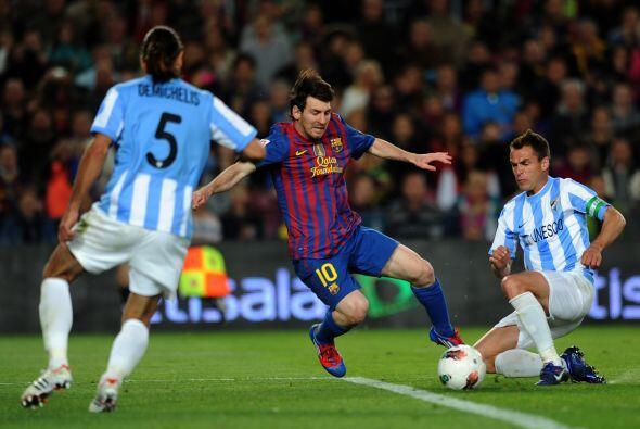 En la segunda mitad se repitió la historia. Messi sufrió una falta cuand...