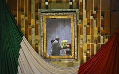 El papa Francisco, reflejado en el marco que contiene la imagen de la Vi...