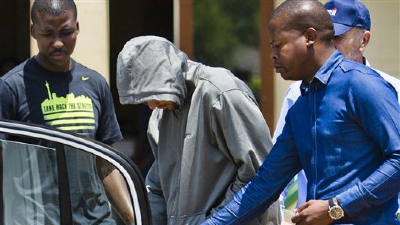 Oscar Pistorius al dejar la estación de policía.