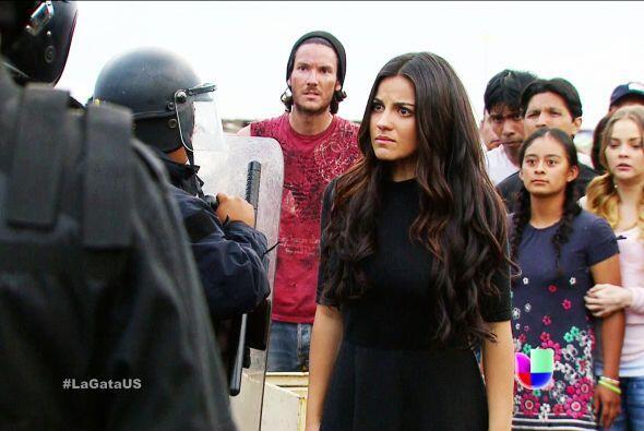 No Esmeralda, no trates de convencer a los policías. Ellos tienen órdene...